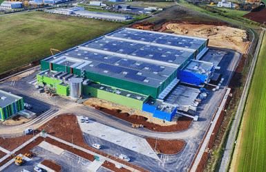 toiture d'un bâtiment industriel avec des panneaux photovoltaïques en autoconsommation.