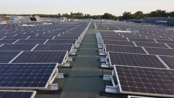 Panneaux solaires en rangées.