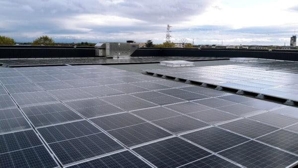 Panneaux solaires sur le toit du Parc des Expos Colmar.