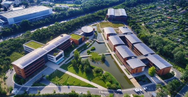 Campus du groupe Seb avec des panneaux solaires en autoconsommation.