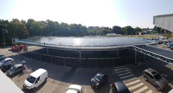Ombrières de parking avec des panneaux solaires en autoconsommation.