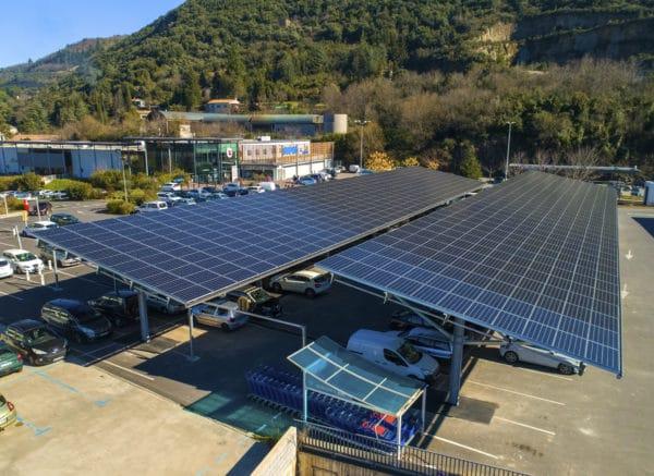 Ombrières avec des panneaux photovoltaïques sur le parking du Super U de Lodeve.