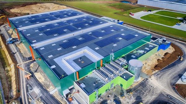 Toiture du bâtiment d'Argan avec des panneaux solaires.