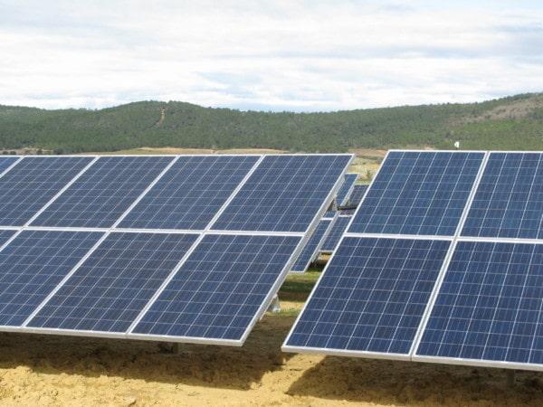 Rangées de panneaux solaires photovoltaïques.