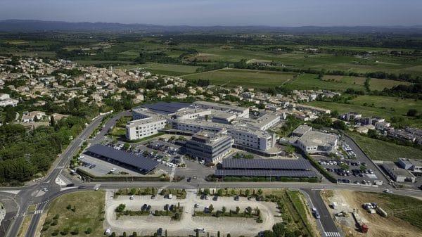 Panneaux solaires et vue sur l'ensemble de la Polyclinique Saint Privat.