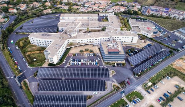 Polyclinique Saint Privat avec une vue sur ses panneaux solaires et ombrières de parking.