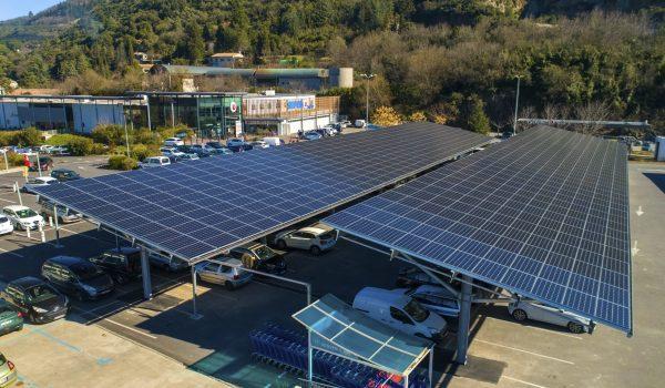 Ombrières avec panneaux photovoltaïques sur le parking du Super U de Lodeve.