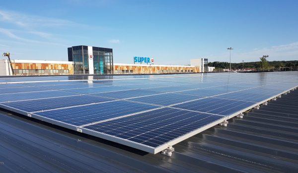 Panneaux solaires sur le toit du Super U de Saint Vit.