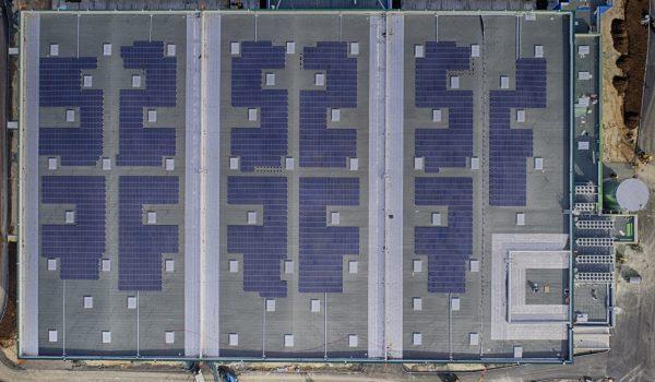 Panneaux solaires sur le toit de la crèche d'argan.